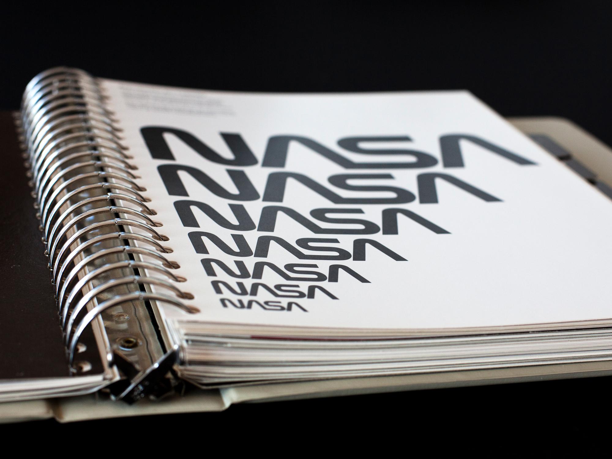 """Le classeur à anneaux original de la charte graphique du logo """"Ver"""" de la Nasa 1975."""